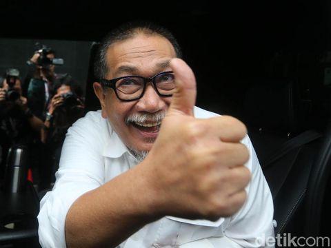 Wakil Gubernur Jawa Barat periode 2013-2018, Deddy Mizwar telah selesai menjalani pemeriksaan sebagai saksi kasus suap perizinan proyek Meikarta selama 5 jam, Rabu (12/12/2018). Deddy keluar dengan mengacungkan jempolnya.