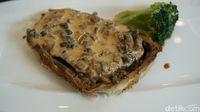 Beef wellington bisa dipadu dengan saus mushroom jika tak konsumsi saus red wine.