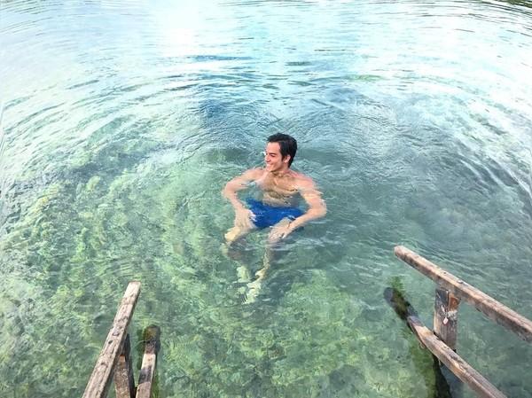 Ini saat dia menikmati segarnya Lagoa Santa di Brazil. (gabrielndsprado/Instagram)