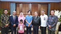 Kemlu Serahkan WNI yang Diculik di Perairan Pulau Sabah ke Keluarga