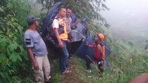 Mobil Berisi Satu Keluarga Masuk Jurang di Mojokerto