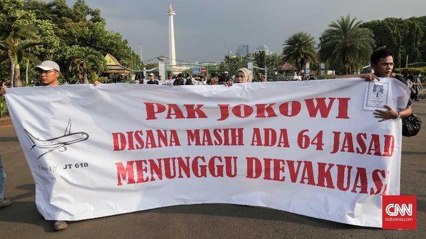 Salah satu tuntutan keluarga korban jatuhnya pesawat Lion Air JT-610 dalam unjuk rasa di depan Istana Negara, Jakarta, Kamis (13/12), yakni mencari kembali jasad para korban.