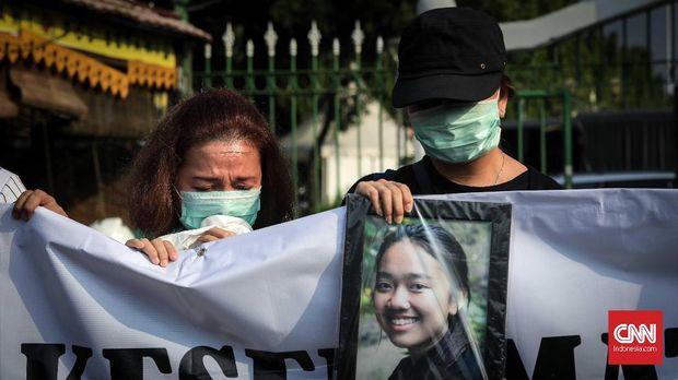 Keluarga membawa foto korban pesawat Lion Air JT-610 dalam aksi unjuk rasa di depan Istana, Jakarta, Kamis 13