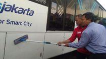 Aksi TransJ-Jakmania Bersihkan Coretan JKT DAY di Bus