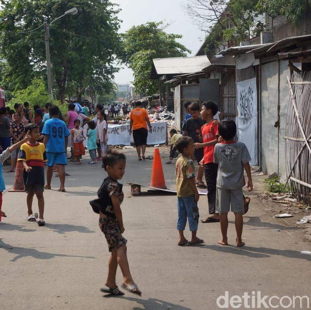Sampah Menumpuk, Warga Karawang Blokir Jalan Oto Iskandardinata