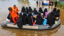 Momen Saat 450 Santri Dievakuasi Karena Banjir
