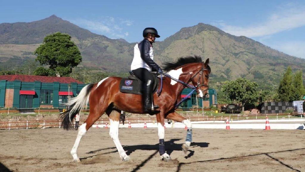 Serunya Berkuda dengan Pemandangan Gunung Arjuna di Jatim