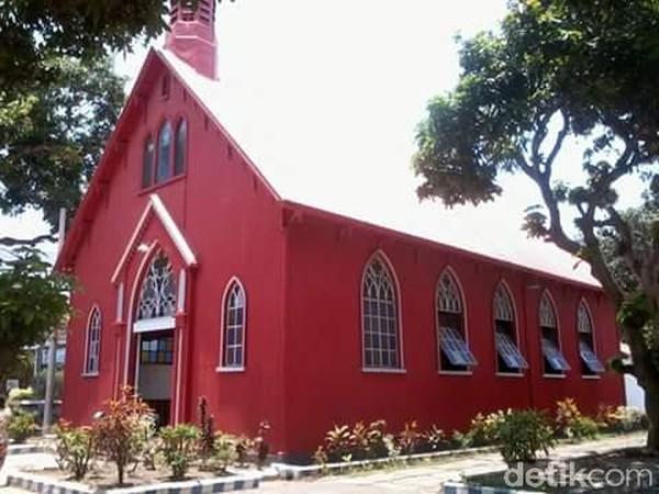 Keunikan gereja merah terletak pada konstruksi bangunannya yang menggunakan sistem knock down atau bongkar pasang (M Rofiq/detikTravel)