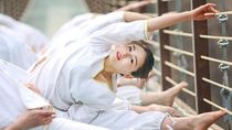 Mengintip Geng Wanita Cantik yang Gemar Yoga di Jembatan Gantung