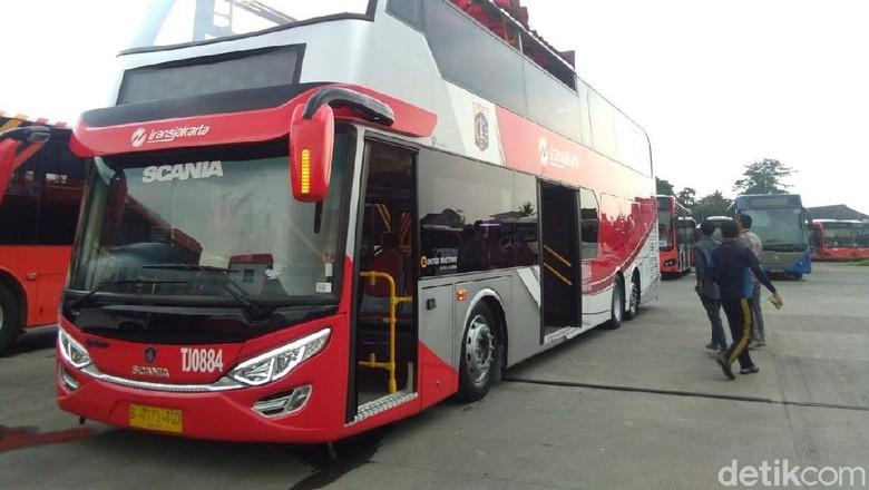 Sebelum Dipakai Pawai Kemenangan Persija, Bus TransJ Dimandikan