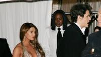 Seperti Jessica Simpson yang ketahuan bergandengan tangan dengan John Mayer pada tahun 2007 lalu.Evan Agostini/Getty Images