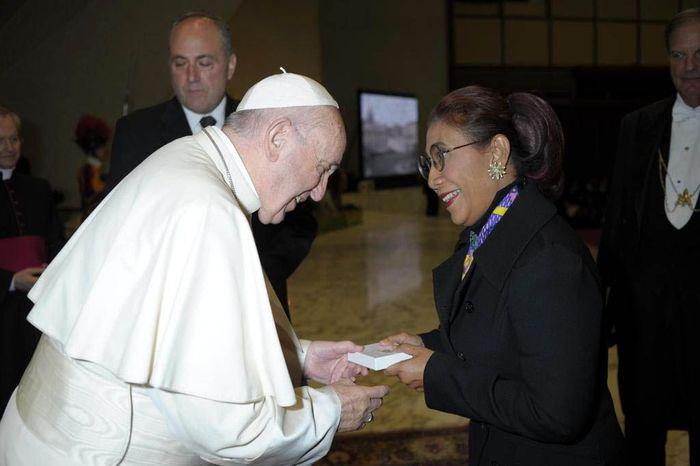 Dalam kesempatan itu, Susi yang mengenakan pakaian hitam dengan dipadu syal merah muda itu menemui Paus Fransiskus yang berpakaian serba putih. Istimewa/KKP.
