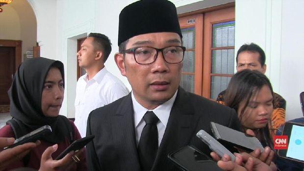 Gubernur Jabar Ridwan Kamil sempat melantik Sunjaya sebagai Bupati untuk kemudian mencopot jabatan itu 5 menit kemudian.