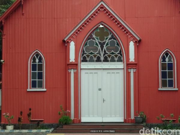 Warga Kota Probolinggo menamainya Gereja Merah . Nyaris seluruh bagian bangunan dicat dengan warna merah (M Rofiq/detikTravel)
