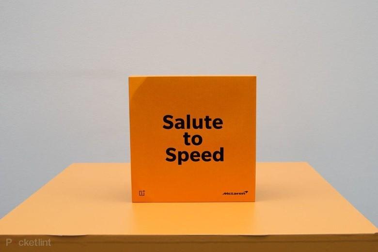 Ini kemasan OnePlus 6T dengan warna orange dan tulisan Salute to Speed. Foto: Pocket Lint
