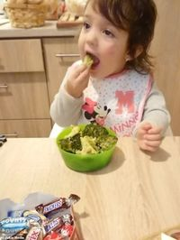 Gemas! Gadis Cilik Ini Tolak Cokelat Enak Demi Semangkuk Brokoli Rebus