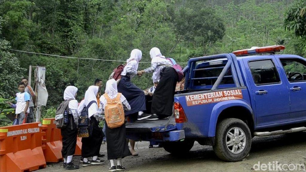 Jembatan Ambrol, Anak-anak Sekolah Diantar Jip Pemkab Pekalongan