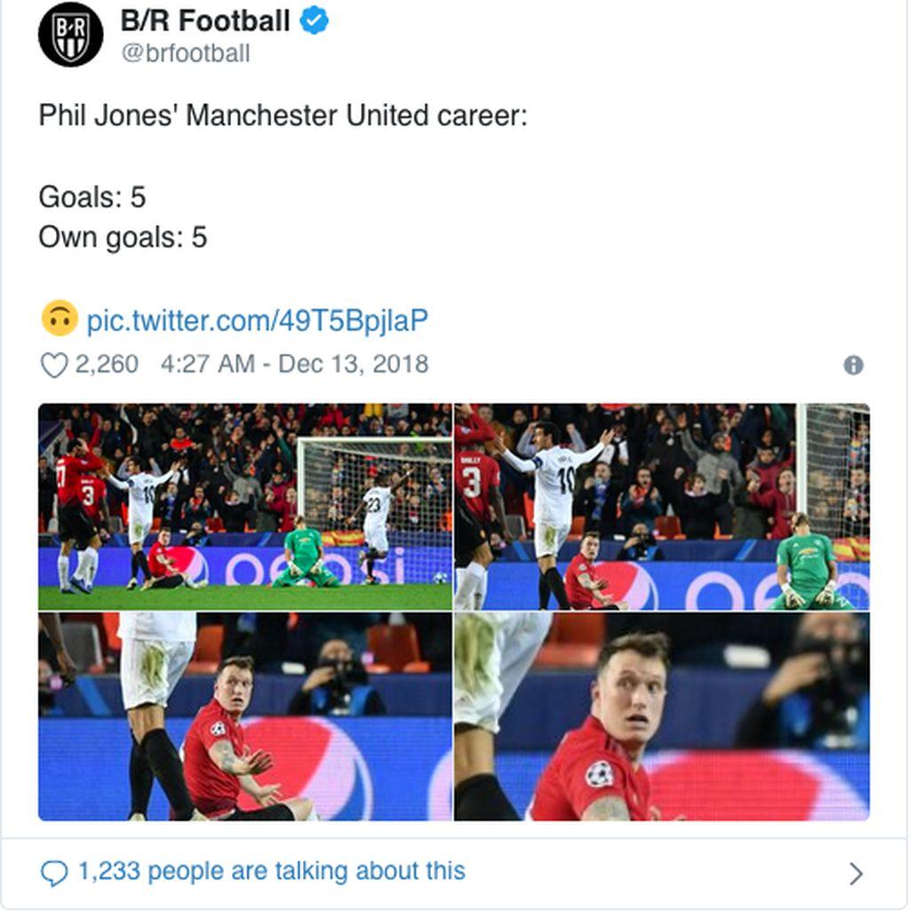 Phil Jones mencetak gol bunuh diri yang saat itu membuat timnya ketinggalan 0-2 atas Valencia. MU akhirnya cuma bisa membalas satu gol dan kalah 1-2 di kandang El Che. (Foto: Internet/Twitter)