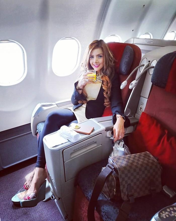Barbie Kumalasari sempat memerankan peran Asisten Rumah Tangga (ART) di sinetron Bidadari yang terkenal. Kini ia sudah bertransformasi menjadi wanita cantik, yang gemar kulineran. Foto: Instagram @barbiekumalasari