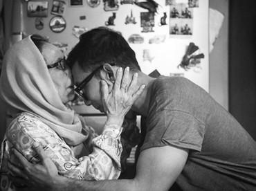 Duh romantis banget sih pose cium kening ini. Bikin kangen ibu deh he-he-he. (Foto: Instagram @indraherlambang)