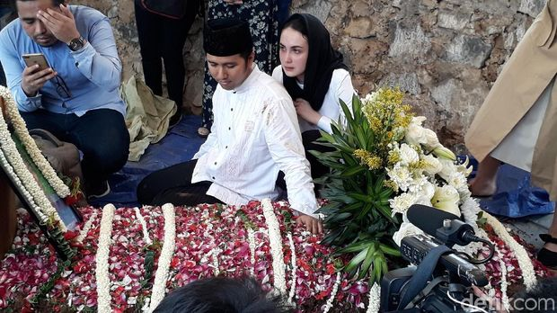 Bahagia Ovi Sovianti Pindah Agama, Tangis Arumi Bachsin di Pemakaman Adik Ipar