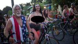 Ide awal World Naked Bike Ride sebetulnya sebagai bentuk protes terhadap masalah polusi. Namun banyak kalangan memprotesnya karena berbau eksibisionisme.