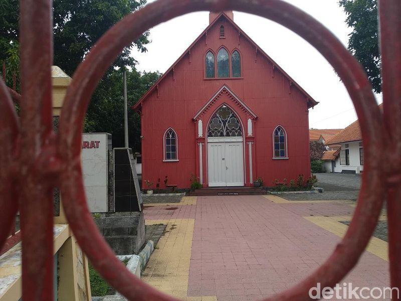 Bagi umat Kristen Protestan, gereja di Jl Suroyo, Probolinggo ini, cocok untuk dijadikan tujuan wisata religi Natal dan akhir tahun (M Rofiq/detikTravel)