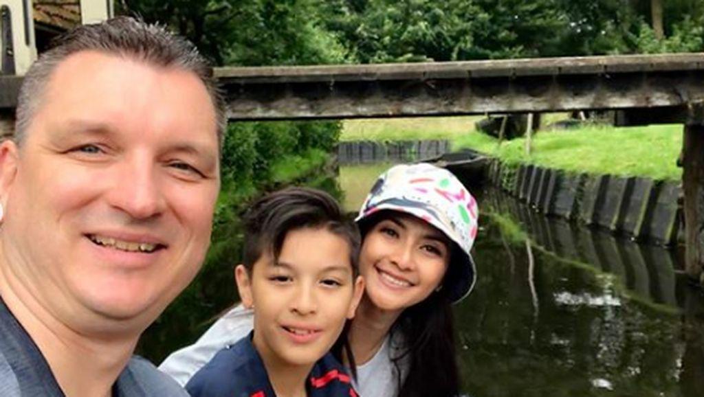 7 Potret Keharmonisan Keluarga Maudy Koesnaedi