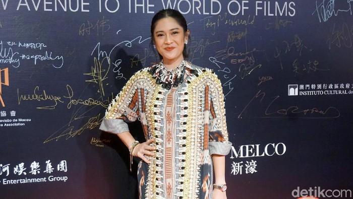 Dian Sastrowardoyo bersama Oka Antara saat menghadiri acara Film Festival Macau.
