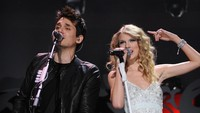 Keduanya pun sempat berduet pada beberapa lagu seperti White Horse dan Your Body is Wonderland di konser Taylor.Bryan Bedder/Getty Images