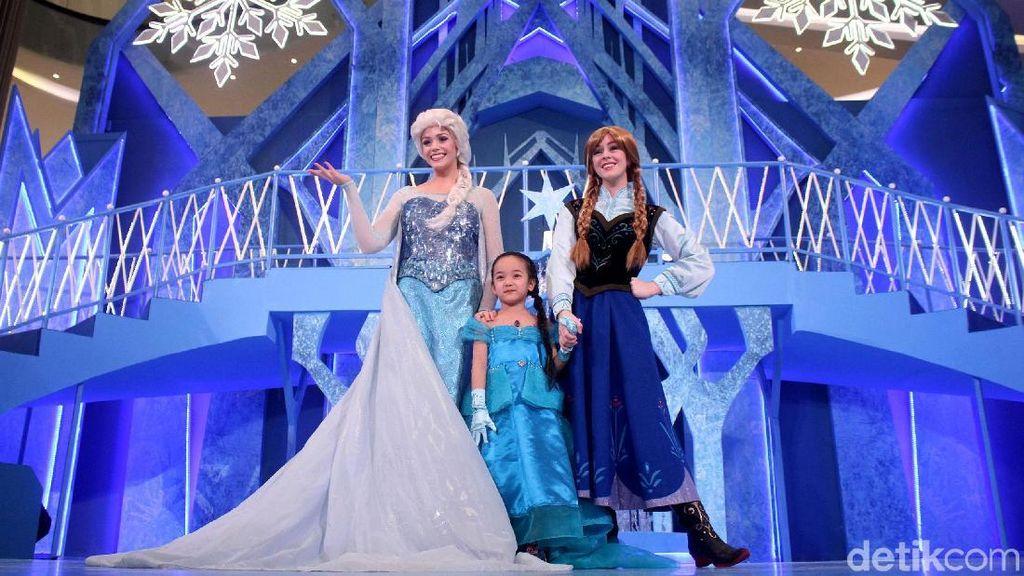 Melihat Aksi Elsa dan Anna Frozen Menghibur Anak-anak di Mal Jakarta
