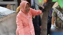 Berkebaya dan Pakai Bot Pink, Risma Bersihkan Gorong-gorong