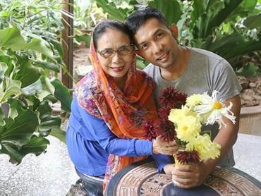 Bunga-bunga cantik ini dipetik dari taman sendiri. Hasil kepiawaian Ibu bercocok tanam, tulis Indra Herlambang dalam keterangan fotonya. Wah, ibunda Indra rupanya pandai menanam dan merawat bunga ya. (Foto: Instagram @indraherlambang)