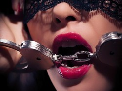 Peduli COVID-19, Eks Model Majalah Playboy Banting Setir Jadi Nakes