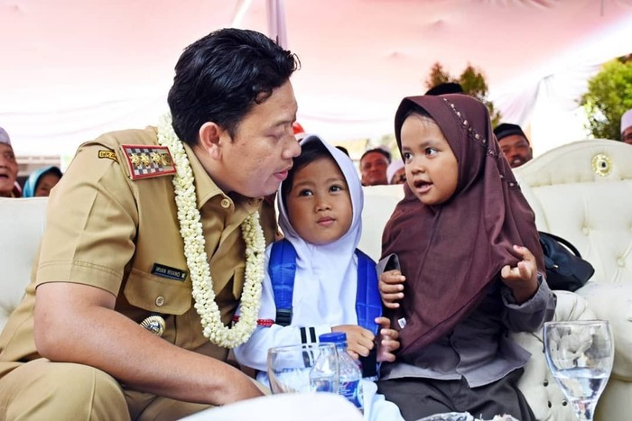 Pria asli Cianjur ini anak dari Tjetjep Muchtar Soleh yang tak lain adalah bupati Cianjur sebelumnya. Irvan dikenal dekat dengan warganya dan sering melakukan aktivitas bersama. Foto: instagram @irvanrivanomuchtar