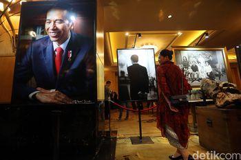 Deretan Potret Jokowi dan Keluarga Dipamerkan di Hotel Mulia