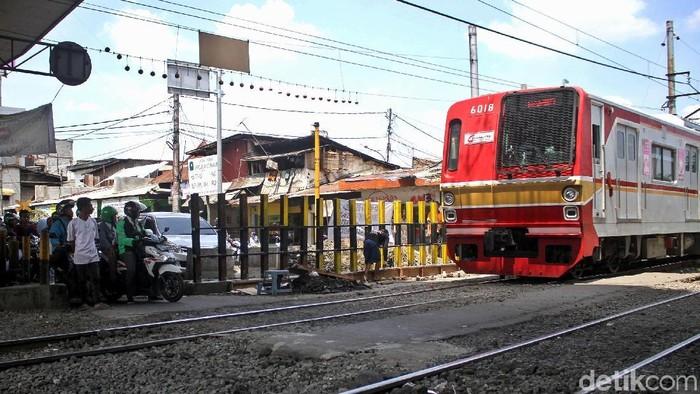 Jalur perlintasan KA di kolong Fly Over Roxy, Jakarta akan ditutup. Namun, warga Duri Pulo memprotes keras rencana tersebut. Kenapa?