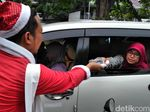 Santa Claus Bagi-Bagi Kado di Surabaya, Mau Dong!
