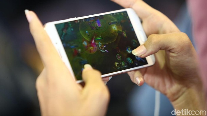 Ilustrasi kecanduan main game Mobile Legend. Foto: Grandyos Zafna