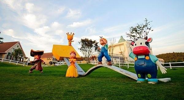 Di taman rekreasi ini, traveler bisa merasakan sensasi serba keju. Dari mulai wahana permainan sampai atraksinya. (cheesepark.kr)