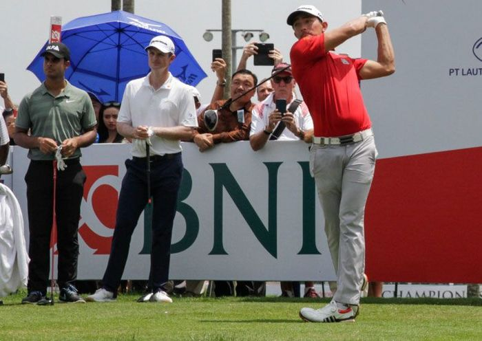 Di hari pertama turnamen golf internasional terbesar di Indonesia, BNI Indonesian Masters 2018, pegolf asal Indonesia Danny Masrin (kanan) bertanding melawan pegolf asal Inggris peringkat ke-2 dunia, Justin Rose (tengah) dan pegolf asal India peringkat ke-117 dunia Shubhankar Sharma (kiri) pada Kamis, 13 Desember 2018 di Royale Jakarta Golf Club, Jakarta. Pool/BNI.