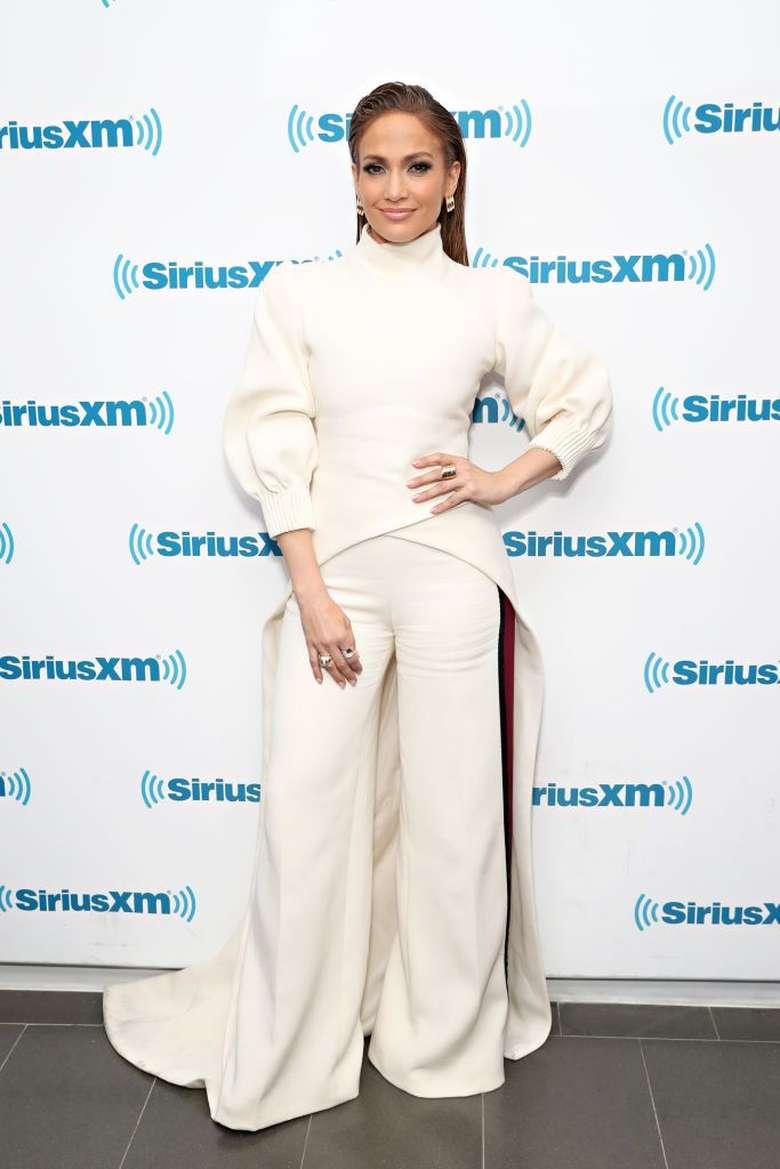 Penyanyi Jennifer Lopez berusaha untuk selalu tidur 8 jam sehari meski sedang sibuk. Kata JLo, tidur adalah senjata ia bisa tetap tampil awet muda dan sehat. Biar bisa tidur lelap, ia menghindari kafein dan alkohol berlebihan. (Foto: Getty Images)