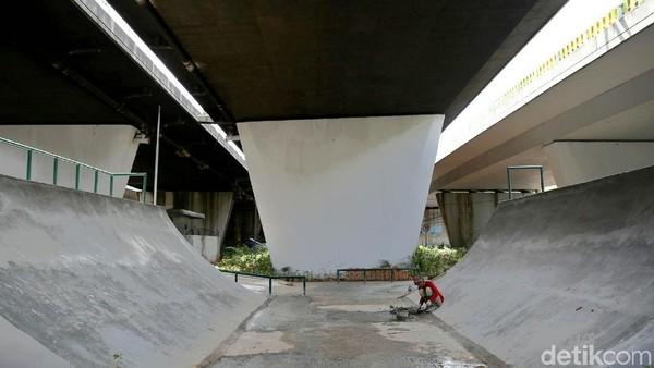 Taman skateboard di kolong jembatan Slipi, Jakarta Pusat saat masih dalam proses pembangunan. Pemerintah DKI Jakarta secara bertahap menyediakan fasilitas permainan yang menantang ini di beberapa ruang publik sejak beberapa tahun lalu. (Agung Pambudhy/Detikcom)
