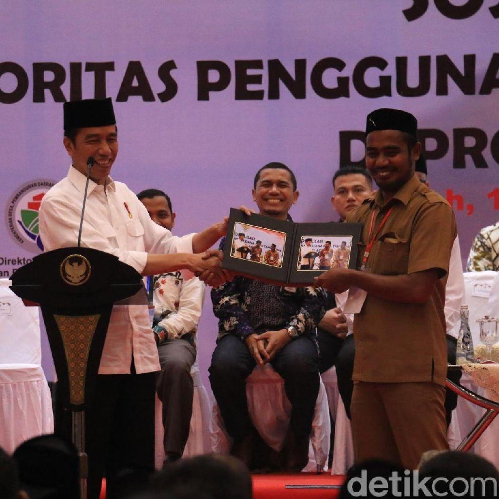 Bukan Sepeda, Jokowi Bagi-bagi Foto ke Aparat Desa di Aceh