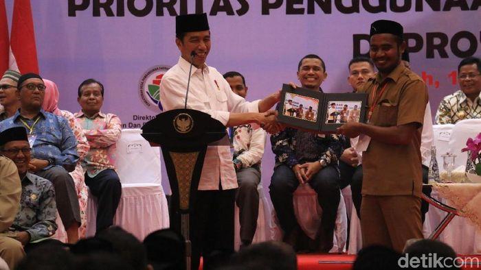 Foto: Jokowi bagi-bagi foto di Banda Aceh (Agus-detikcom)