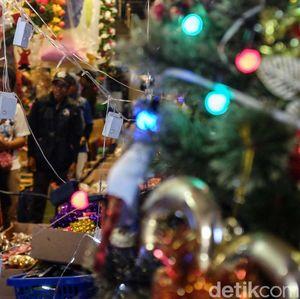 Pernik-pernik Natal di Pasar Asemka Mulai Diserbu