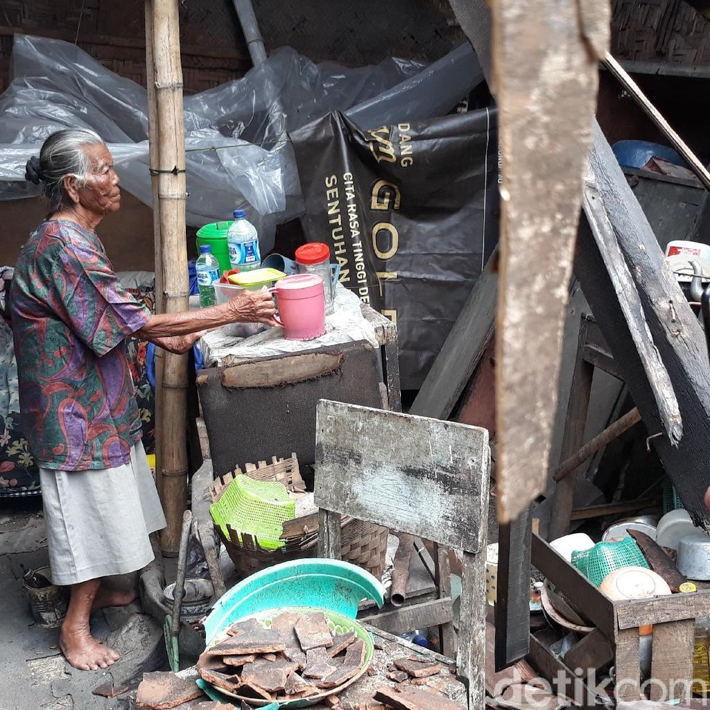 Menjenguk Mbak Joyo, Hidup Seorang Diri di Rumah yang Nyaris Ambruk