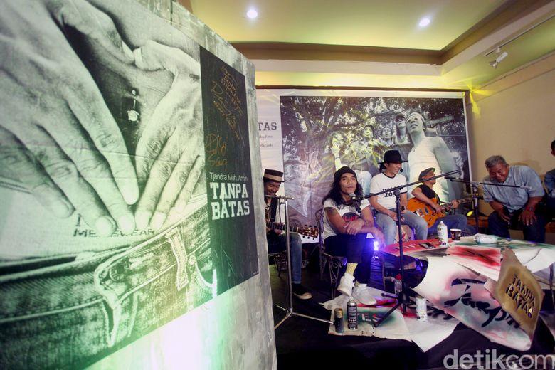 Slank di acara peluncuran buku Tanpa Batas yangdillaksanakan di TIM, Jakarta Pusat pada Jumat (14/12).