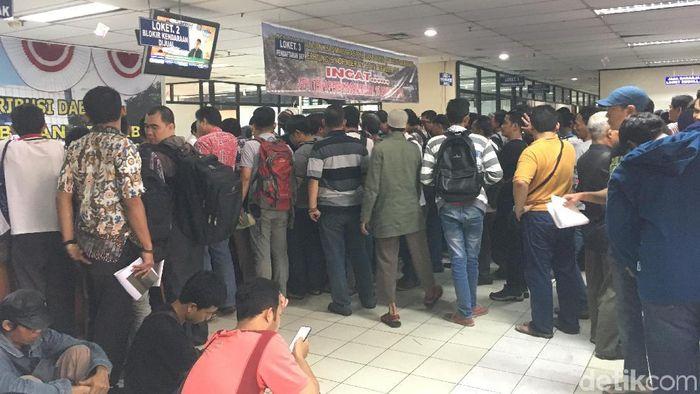Foto: Warga antre bayar pajak (Arief-detik)