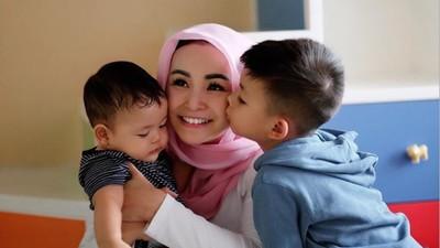7 Momen Soraya Larasati Membangun Bonding dengan Kedua Anaknya